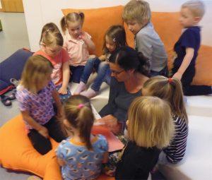 Spannende Geschichten werden den Kindern vorgelesen
