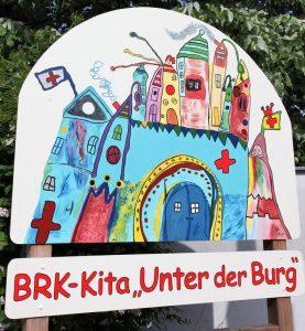"""Eine freundlich gestaltete Begrüßungstafel empfängt die Besucher im Kindergarten """"Unter der Burg"""" (Foto: Michael Will / BRK)"""