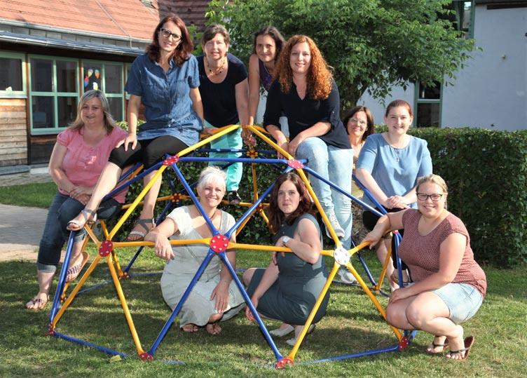 """Das Team der BRK-Kita freut sich zusammen mit ihrer Leiterin Franziska Görtler (vorne, 2. von rechts) auf den """"Tag der offenen Tür"""" mit Sommerfest und Ausstellungseröffnung."""